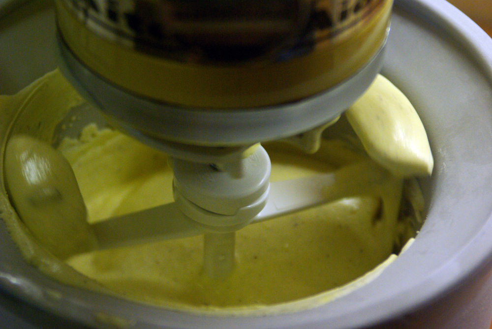 Zitroneneis in der Eismaschine