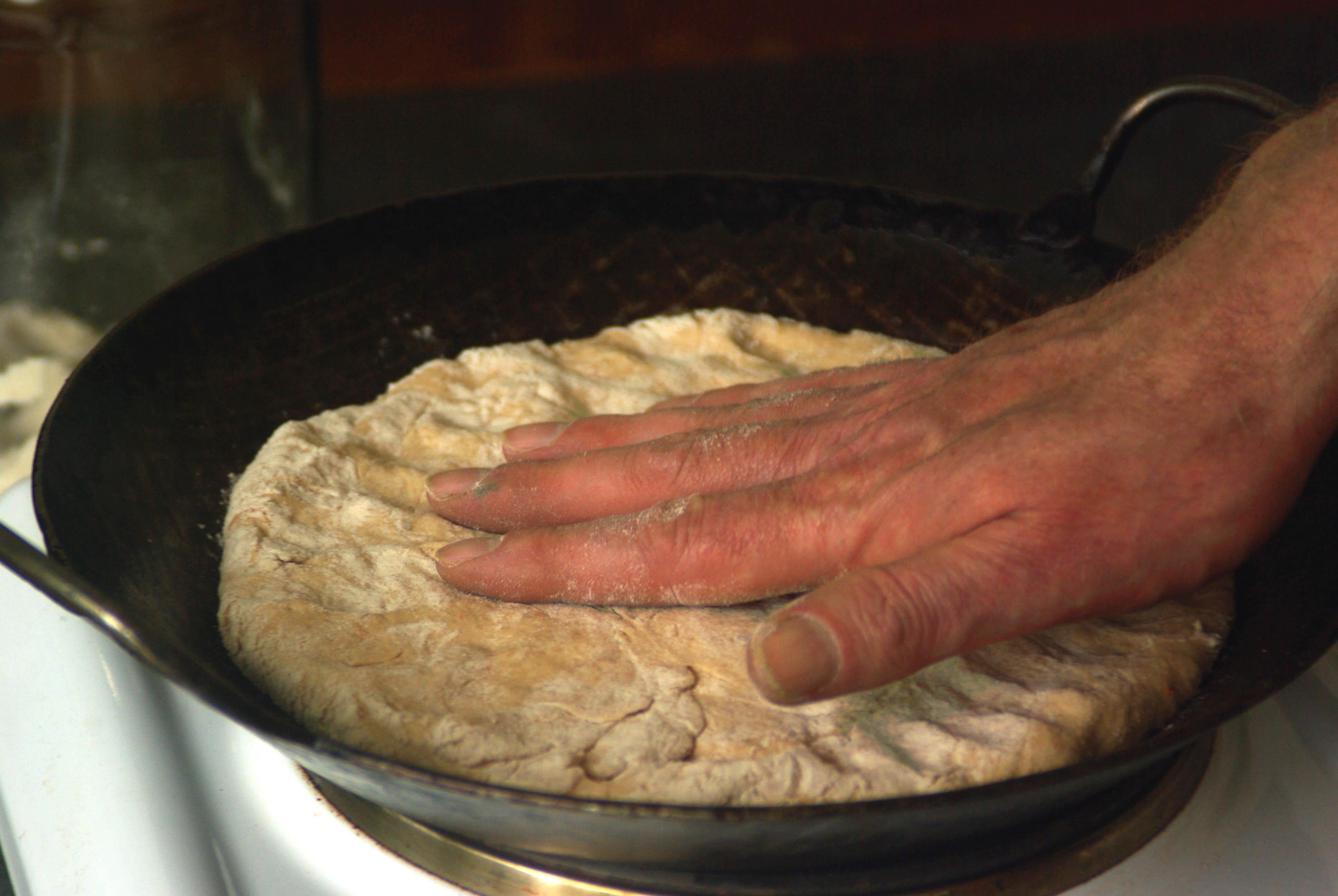 Pizzabrot aus der Eisenpfanne