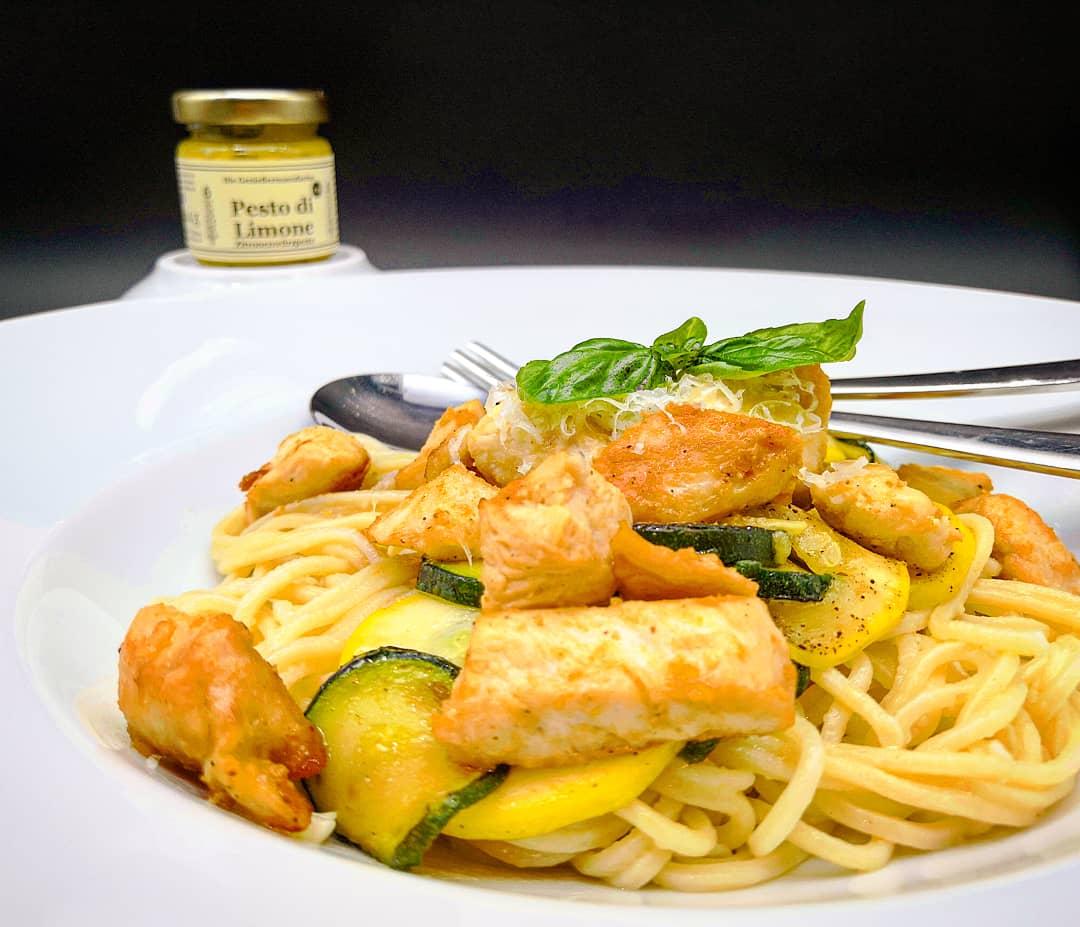 Selbstgemachte Dinkelspaghetti mit Hühnerbrustfilet und Zucchini