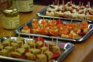 11. Fränkische Feinschmeckermesse Iphofen, ein Tisch mit Häppchen der einzelnen Beschicker