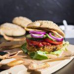 Burger und Veganer Platterbsen-Patty