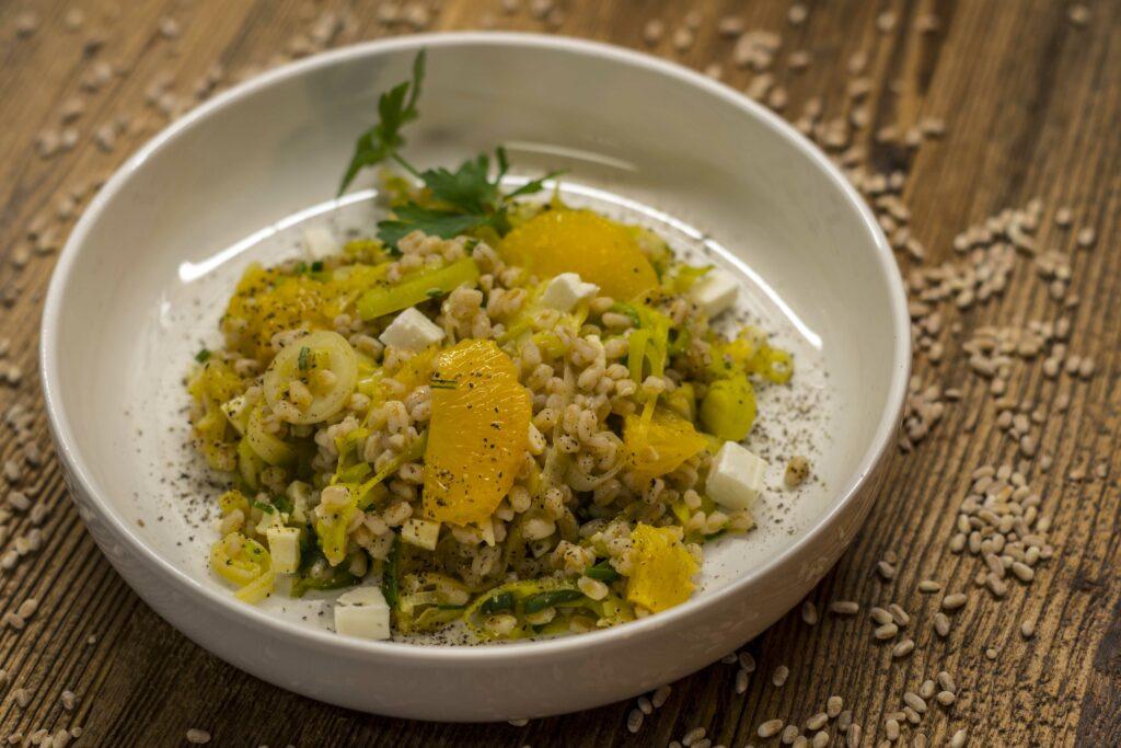 Dinkelreis-Salat mit Lauch und Vadagam Vadouvan
