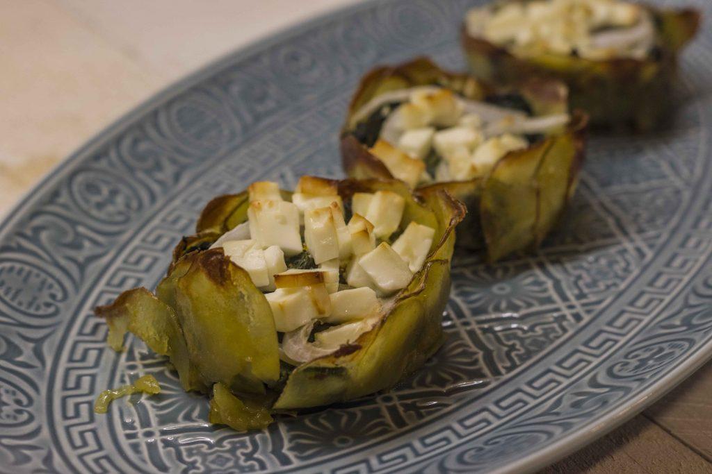 Mini-Spinatgratins aus einer Schale mit Kartoffelscheiben, gefüllt mit Spinat, Zwiebeln und obenauf gewürfelten Feta. Gebacken in einer Muffinform.